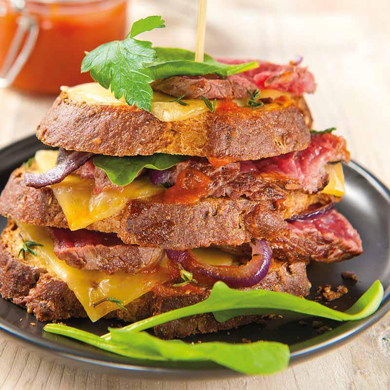 Sandwich club à l'autruche, épinards et sauce pizzaiola